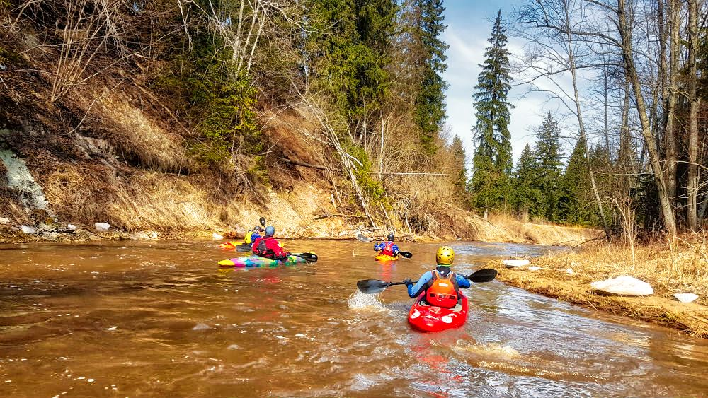 Spring kayaking in Amata river _ Escaperies