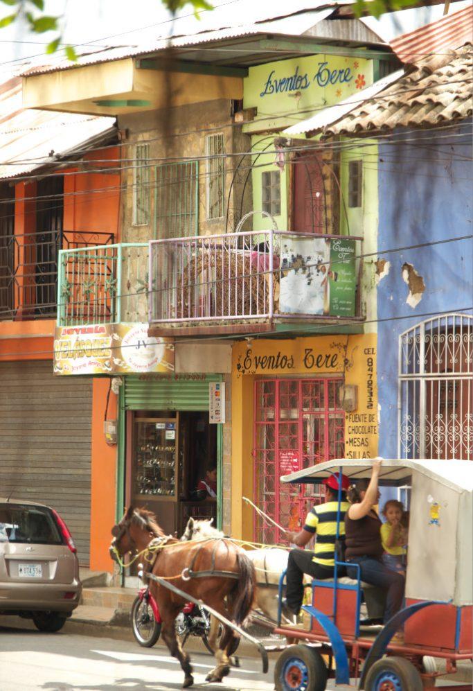 Escape_travel_Nicaragua_streets_horses